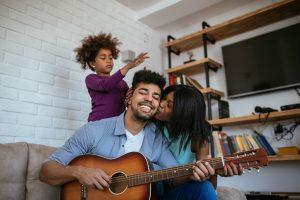 familia disfrutando la musica